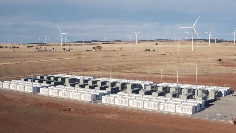 La mega batteria Tesla in Australia cresce ancora: si ricarica col vento e conviene agli utenti
